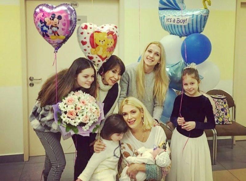Как известная актриса Мария Порошина справляется с пятью детьми, кто их отцы