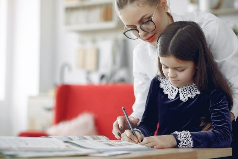 5 фраз родителей, которые мешают ребенку учиться самостоятельно