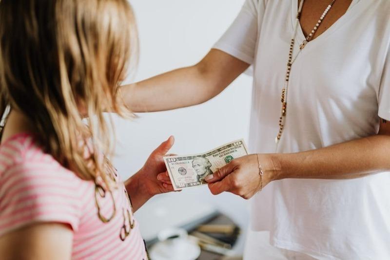 Как научить ребенка экономить: 5 советов, которые помогут ему реже просить карманные деньги