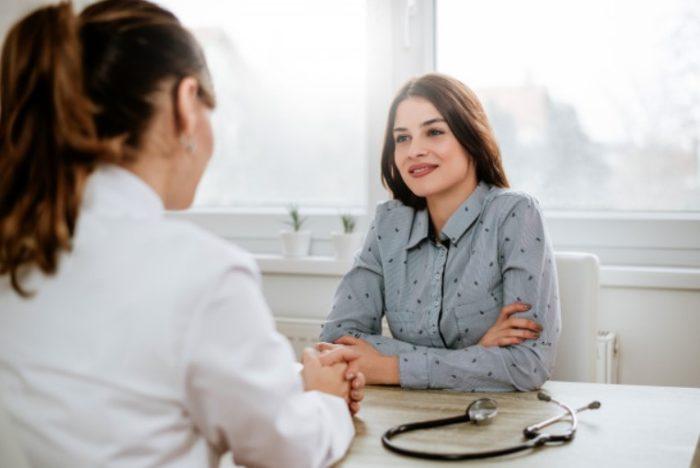 Женщина беседует с гинекологом