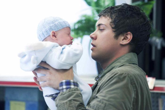 Отец с малышом на руках