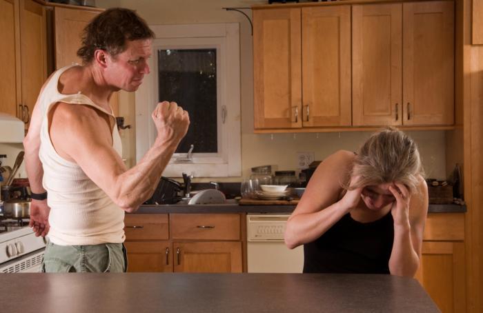 Муж избил жену: что делать, куда обращаться, что ему грозит