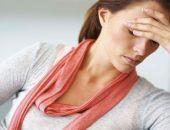Женщина расстроена. держится за голову